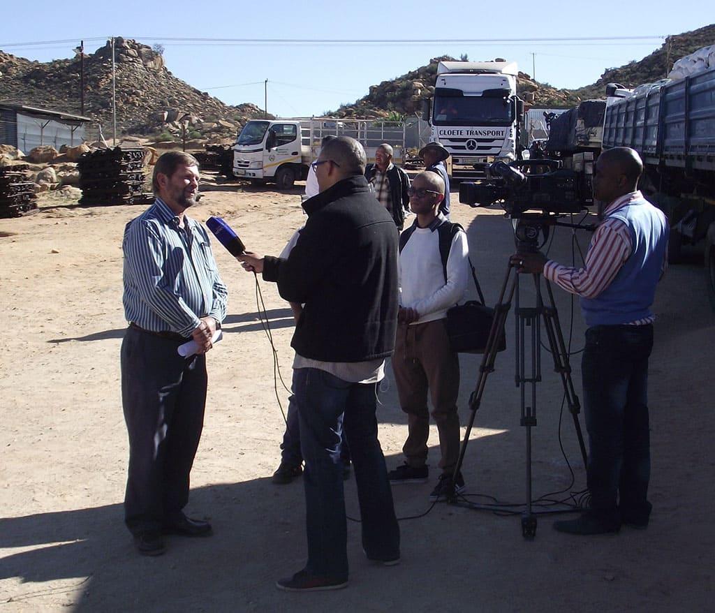 Agri Noord Kaap - Johannes Moller staan SABC te woord_s